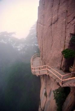 Camino pegado a la montaña en Huangshan