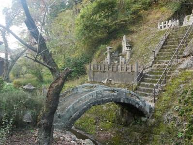 Puente de piedra en la zona de Omori
