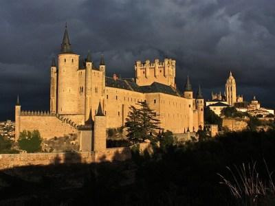 Alcázar de Segovia, con la catedral en la parte derecha