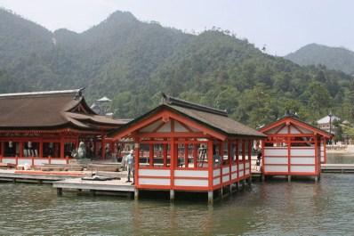 Santuario de Itsukushima con la montañosa isla de fondo