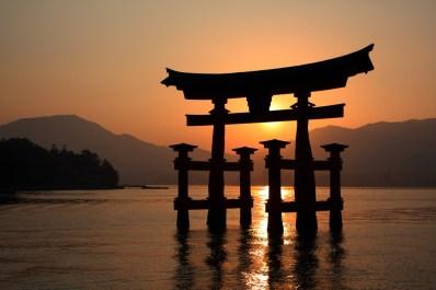 El famoso torii de Itsukushima en marea alta y al atardecer