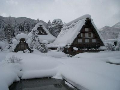 Varias casas gassho nevadas en Ogimachi