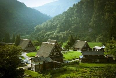 Vista del pueblo de Ainokura, con varias casas gassho