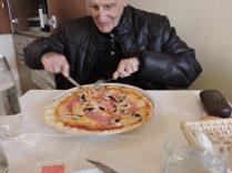 Comiendo su primer pizza en Italia. Tamaño extra large.