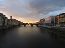 Que mejor postal, que la caída del sol, al abrigo del rio Arno.