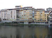 Otra mirada al Arno, nos encontró con esta elocuente edificación, muy preparada para el turista, como lamentaba el opi.