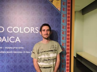 Frente a un cartel que daba cuenta de una de las muestras del Museo