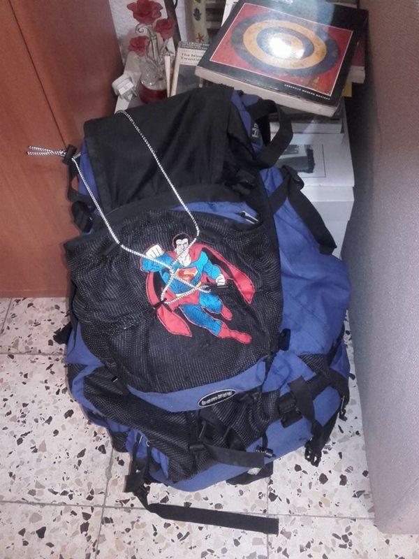 Mi mochila lista para la aventura. El Superman ahora tapa el agujero.