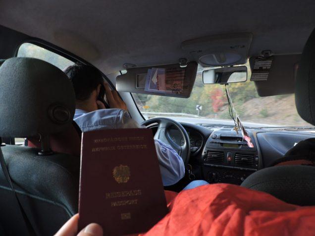Por cruzar frontera, pasaporte en mano, junto a Boris