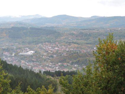 En la montaña viendo al pueblo de Kamenica