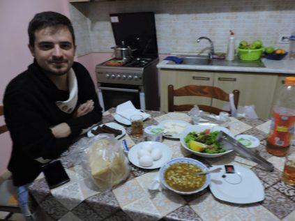 Ednild y la cortesía albanesa con comida vegetariana