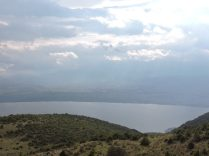 Vista del lago en la montaña en Ioannina