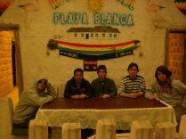 Playa Blanca en el Salar de Uyuni. ¿Parecemos un grupo terrorista?