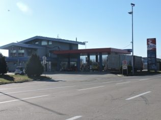 Frente al peaje una estación de servicio inhabitada