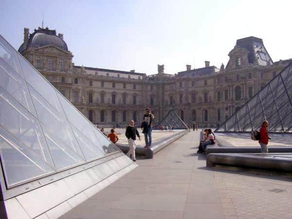 Pirámides del Louvre París