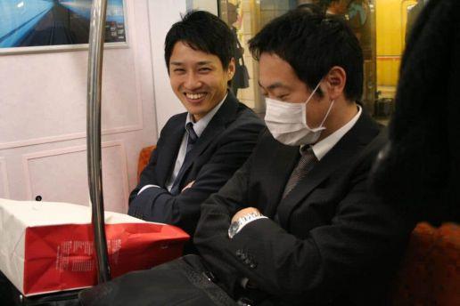 Japoneses sonríentes, japoneses con mascarilla