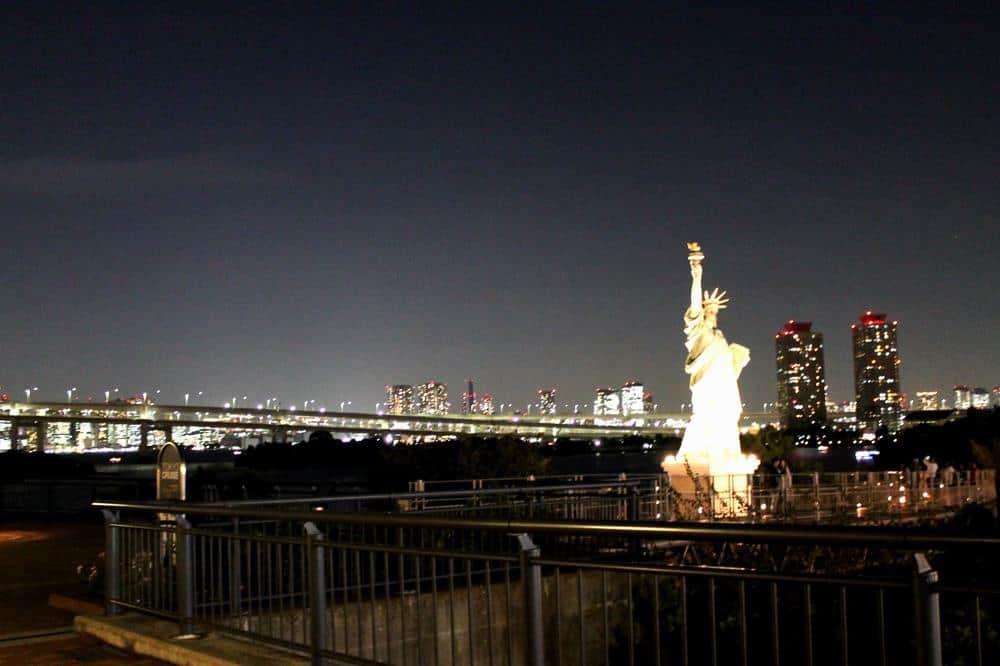 Desde la isla de Odaiba con Estatua de la Libertad