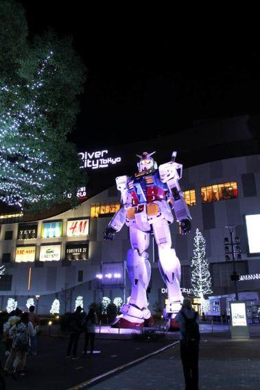 El Gundam de 18 metros defendiendo el centro comercial