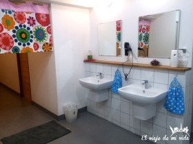 Los baños compartidos del hostel Cubik Bangkok