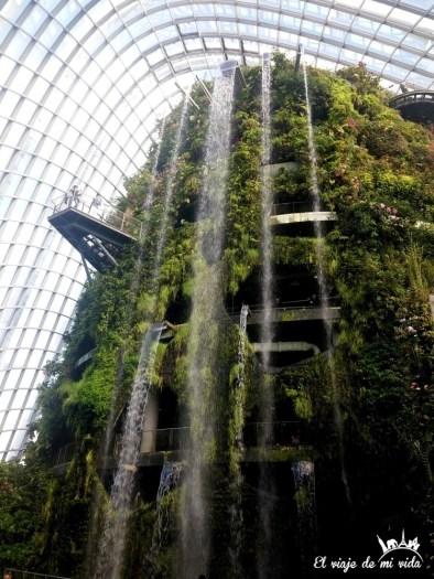 Cascada dentro de Gardens by the Bay en Singapur