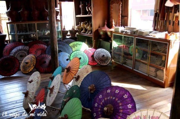 Paraguas de papel artesanales en el lago Inle, en Myanmar