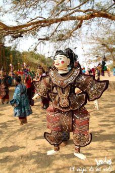 Un árbol de exposición de marionetas tradicionales