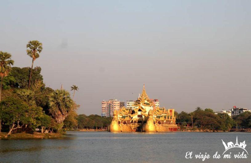 Barco imperial Karaweik en Rangún, Myanmar