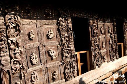 La puerta del viejo monasterio de Shwenandaw, Mandalay, Myanmar