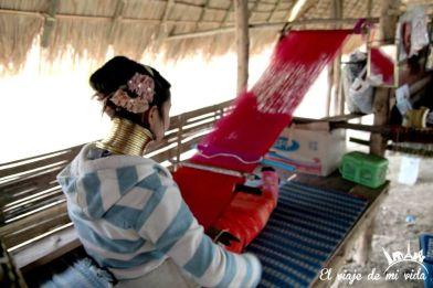 Chica tejiendo en Chiang Rai, Tailandia