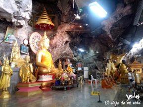 Los monjes budistas rezando en la cueva del Tigre