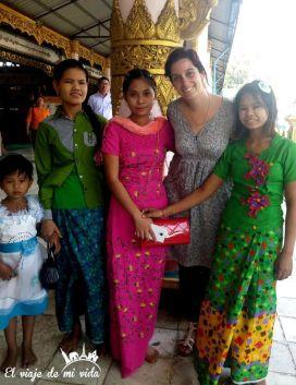 Posando con unas chicas birmanas