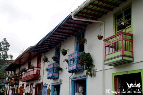 Balcones coloridos de la arquitectura colonial