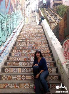 Posando antes las escaleras infinitas de la ciudad