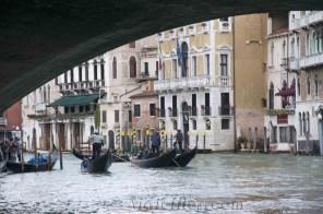 Gondoleros en Venecia
