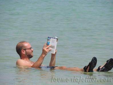 Baño y lectura mar muerto