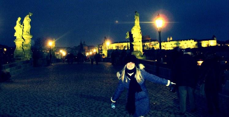 Atravessando a Ponte de São Carlos - Praga em um dia