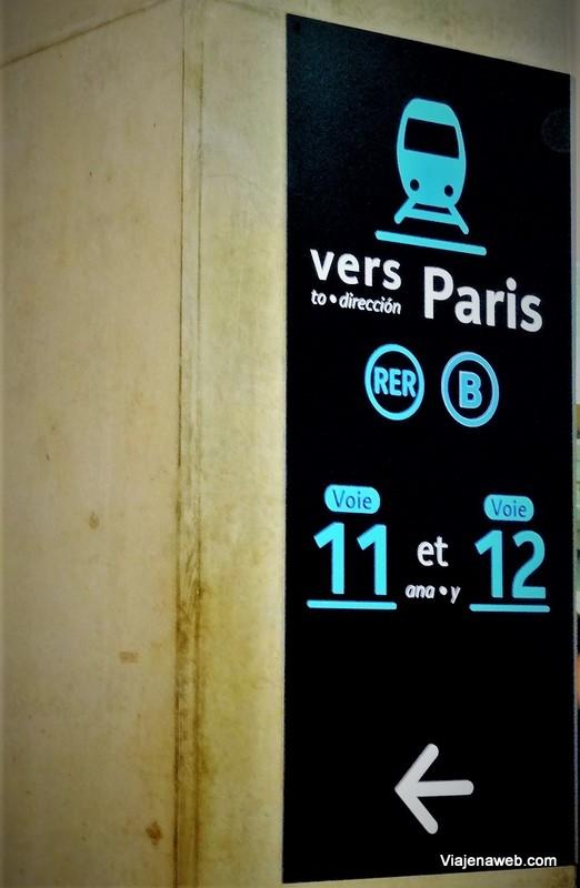 como ir do Aeroporto Charles de Gaulle até Montmartre - placas das linhas RER em Paris