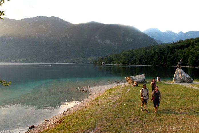 turistas en el lago Bohinj