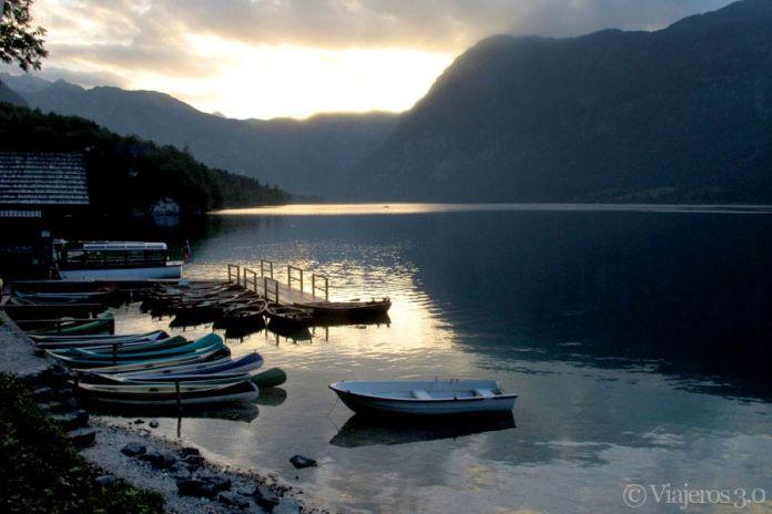 barcas en el lago Bohinj en Eslovenia