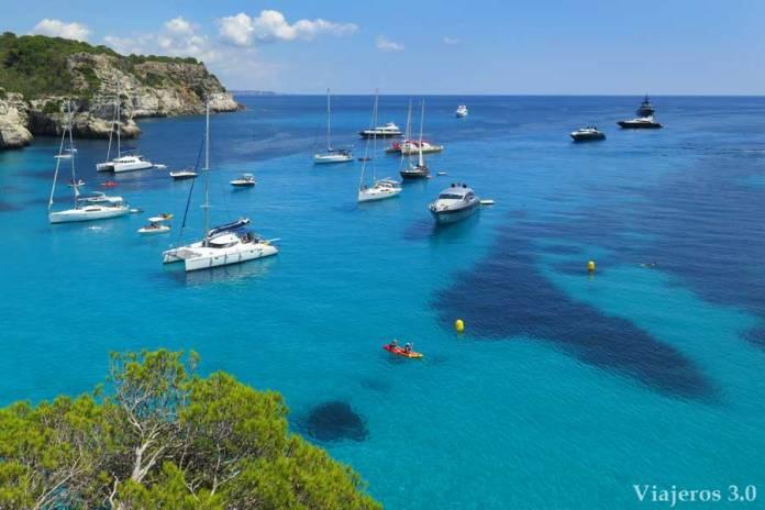 agua azul turquesa en cala Macarella en Menorca