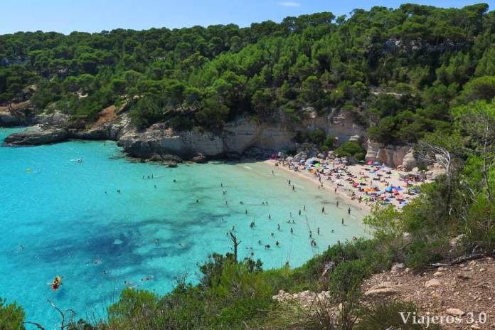 vista panorámica de cala Mitjana en Menorca