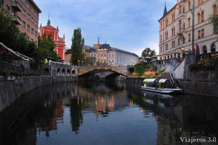 paseo a orillas del río Ljubljanica en Liubliana
