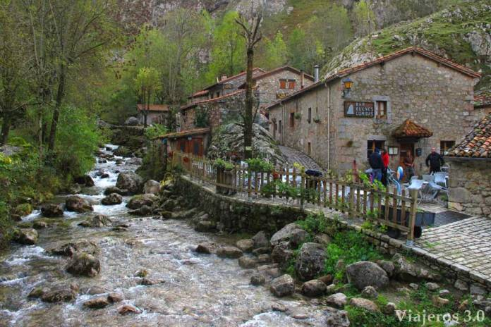 Cómo subir a Bulnes, a pie o en funicular, arquitectura tradicional en Bulnes