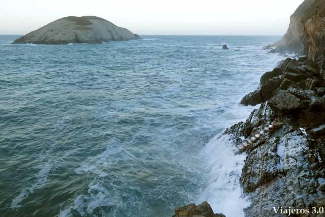 playa de Covachos con marea alta