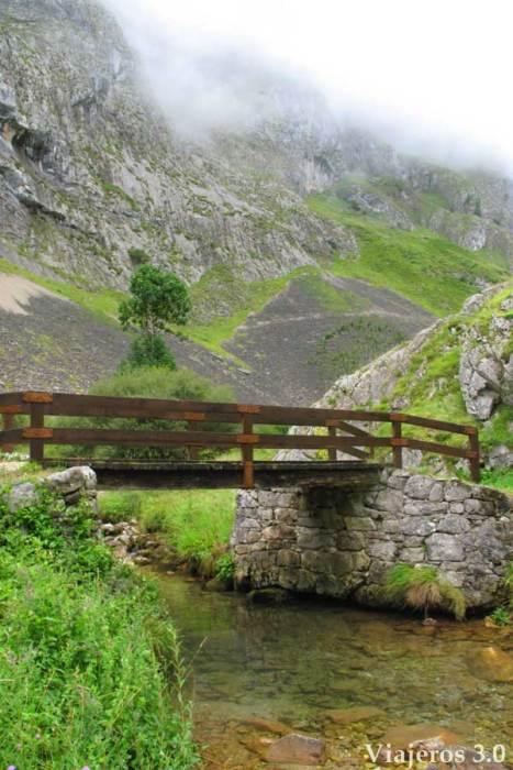 Cómo subir a Bulnes, a pie o en funicular, ruta de senderismo por el canal del Tejo