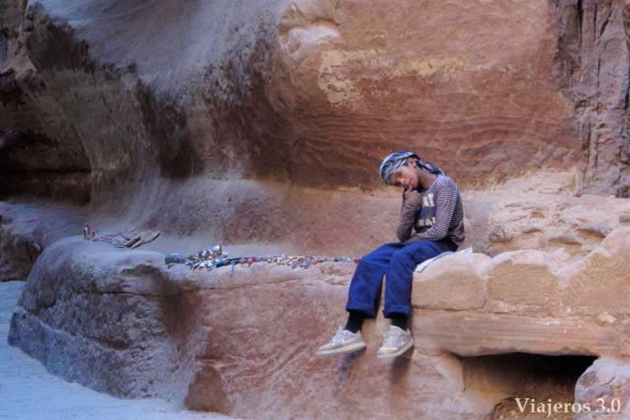 niño beduino en Petra vendiendo baratijas