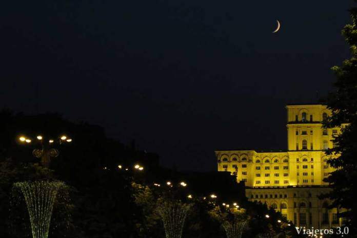 vista nocturna del parlamento de Bucarest