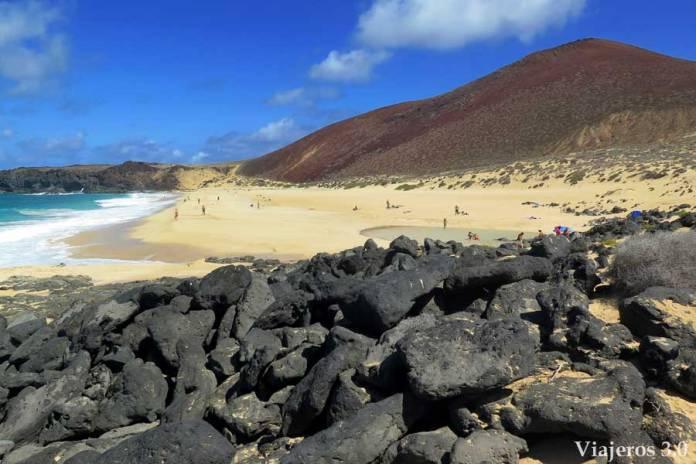 la playa de las Conchas y Montaña Bermeja, La Graciosa