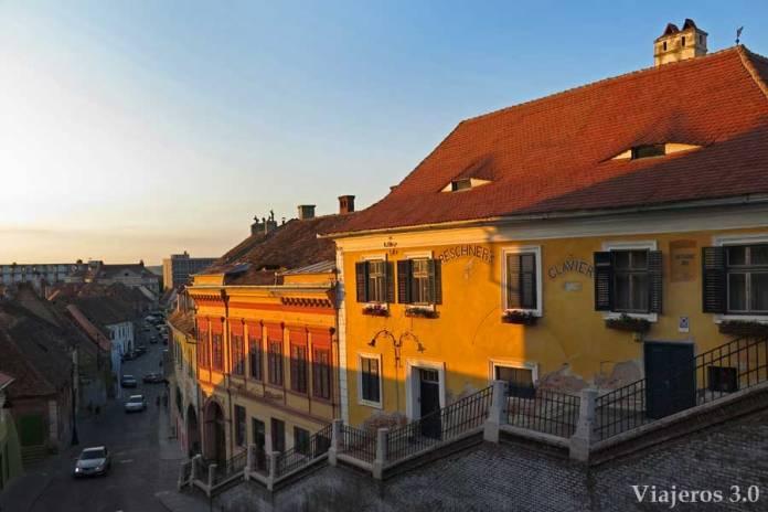 ojos en las casas de Sibiu, en Rumanía