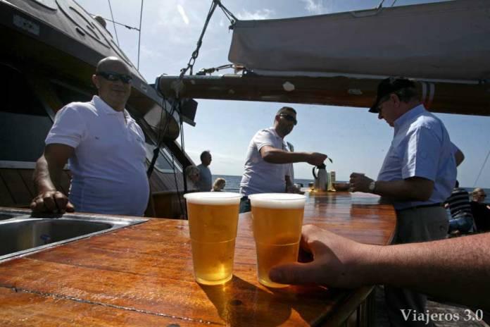en el barco Shogun para el avistamiento de cetáceos en Tenerife